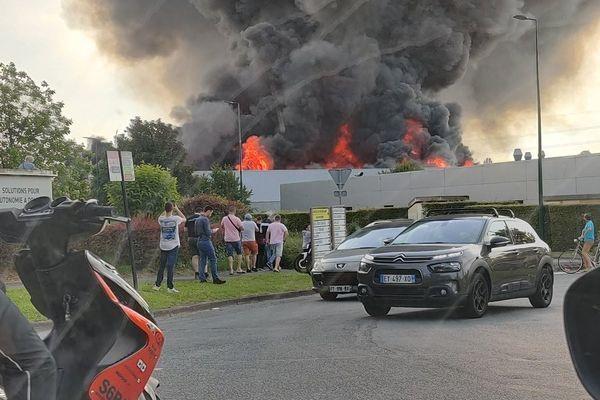 58 pompiers sont actuellement mobilisés à Bondues pour éteindre les flammes.