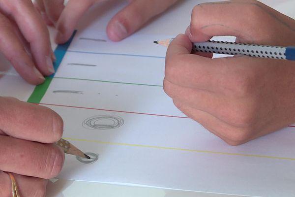 La répétition d'exercices simples permettent de rééduquer la prise en main et la tenue du crayon pour ensuite parvenir à automatiser l'écriture.