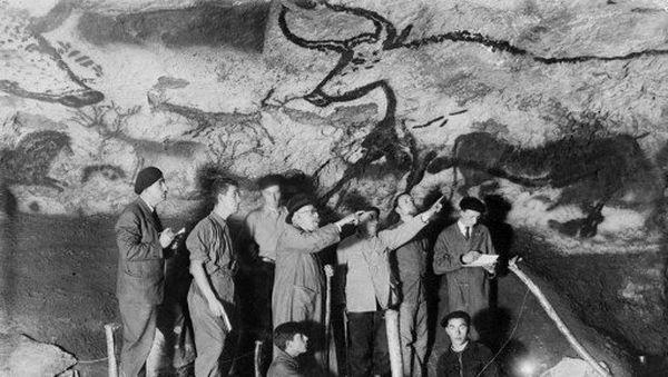 e paléontologue et préhistorien français Henri Breuil (3ème D) observe le panneau des aurochs dans la salle des taureaux de la grotte de Lascaux en 1948 à Montignac en Dordogne, en compagnie d'autres archéologues et de deux des adolescents qui ont découvert la grotte Marcel Ravidat (D, assis) et Jacques Marsal (G, assis).