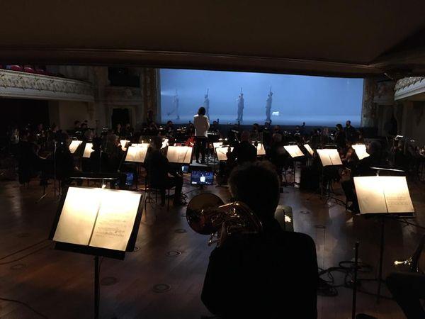 L'orchestre est installé à la place des 351 sièges du parterre de l'Opéra de Lille.
