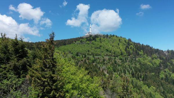 Le Crêt de l'Œillon, (1 364 m) et l'émetteur du mont Pilat