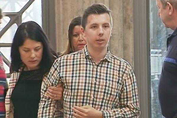 Marin et sa maman lors de son arrivée au 24 colonnes pour le procès de son agresseur (archives 2018)