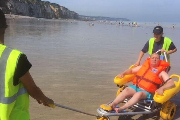 Trois travailleurs saisonniers accompagnent et surveillent la baignade.