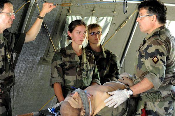 Manouvre des réservistes du corps médical au camps de la Valbonne dans l'Ain