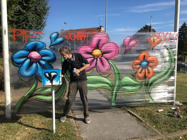 Nowart a réalisé une démonstration de graffiti sur cellophane après l'inauguration des deux œuvres.