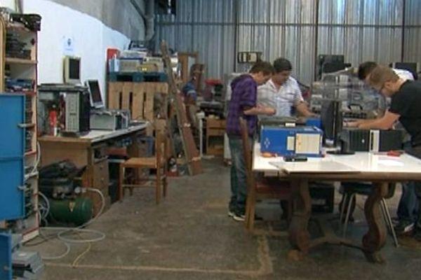Prades (Pyrénées-Orientales) - les employés de l'association de recyclage catalan au travail dans l'atelier - octobre 2015.