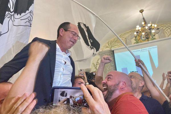 """Paul-Félix Benedetti porté en triomphe par ses partisans. Sa liste """"Core in Fronte"""" entre à l'Assemblée où elle pourrait occuper six sièges."""