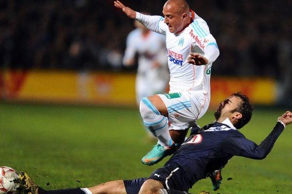 Planus aux prises avec Apruzesse lors de la rencontre Bordeaux -Marseille le 18 novembre 2012.