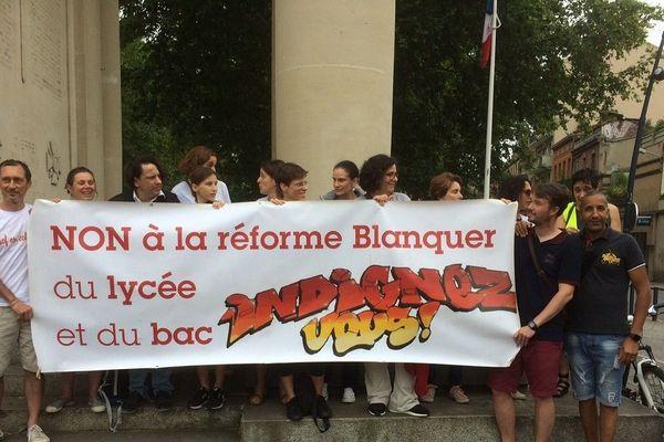 Les professeurs en grève étaient une soixantaine à manifester ce lundi matin à Toulouse