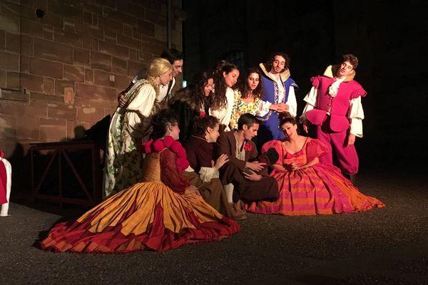 Le spectacle,un opéra-promenade, mêle le chant, la danse et le théâtre.