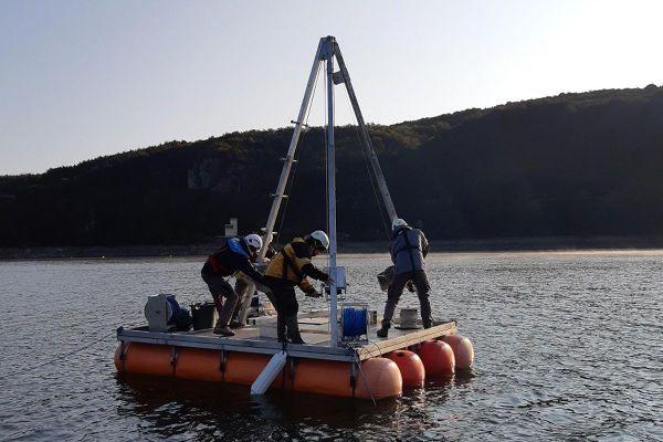 Le lac d'Issarlès (Ardèche) fait l'objet d'une opération de carottage sous la direction de l'université de Clermont-Ferrand ce mardi 30 septembre.