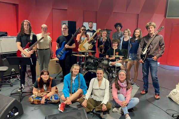 Les treize stagiaires de la Rock School de Guingamp-Paimpol agglomération accompagnés du directeur musical Matthieu Isana (avec les lunettes de soleil) et de Lisenn Muzellec, coordinatrice du projet.