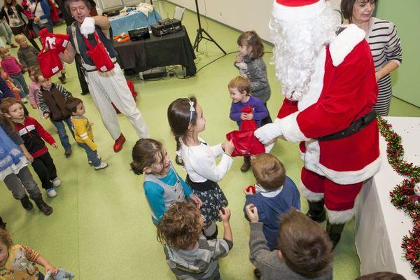 Cette année, dans de nombreuses entreprises, le Père Noël ne passera pas lors des traditionnels arbres de Noël, comme ici chez Michelin.