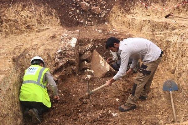 Les fouilles sont réalisées par une équipe spécialisée dans l'archéologie préventive, c'est à dire en amont des chantiers de construction.