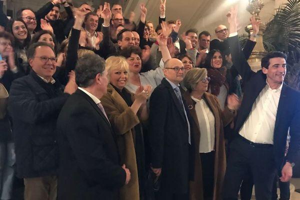 Jérôme Baloge, réélu dès le premier tour à Niort, fête la victoire avec ses supporters.