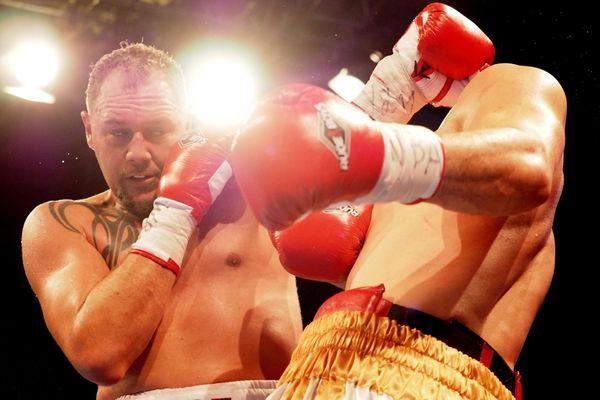 Johann Duhaupas lors d'un combat face à Yvan Mendy en décembre 2017.
