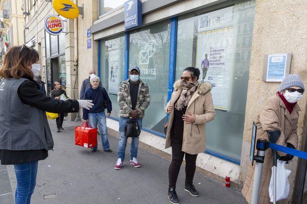 """Seuls les bureaux de poste jugés """"prioritaires"""" sont ouvert au public, les autres sont fermés le temps de l'épidémie de Coronavirus."""