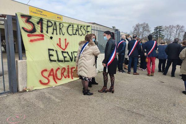 Elus et parents d'élèves se sont mobilisés pour protester contre la fermeture de classes au collège de Saint Géniès de Malgoirès