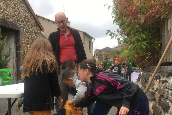 Aujourd'hui seulement 5 producteurs de pommes de terre résistent dans le petit village de Villedieu, dans le Cantal.