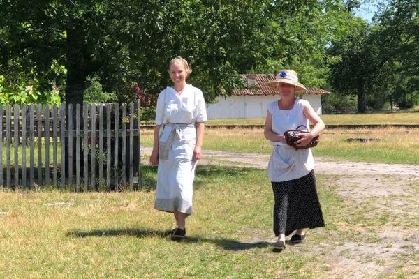 A l'Ecomusée de Marquèze, à Sabres, deux paysannes en costumes d'époque.