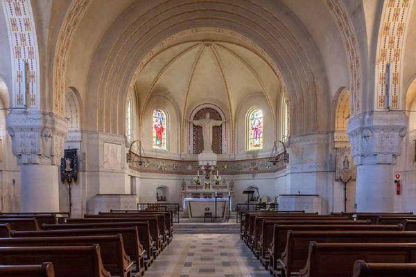 Le Christ rédempteur domine le chœur de l'église Saint-Martin.