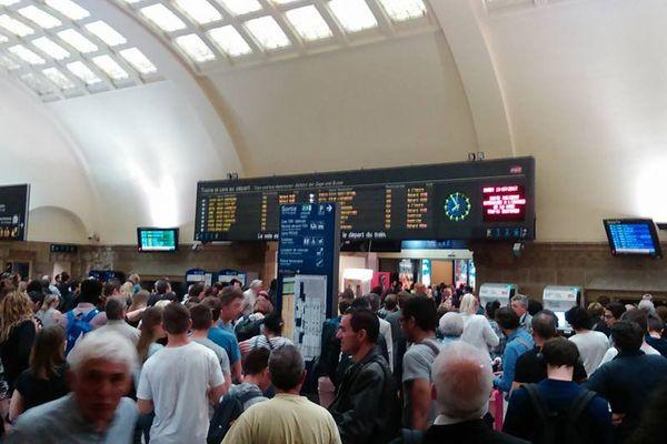 De nombreux voyageurs en attente à la gare de Metz.