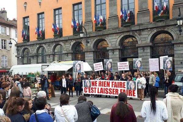 À la fin de la marche blanche, les participants ont respecté une minute de silence devant la mairie d'Aurillac, ce samedi 5 mai.