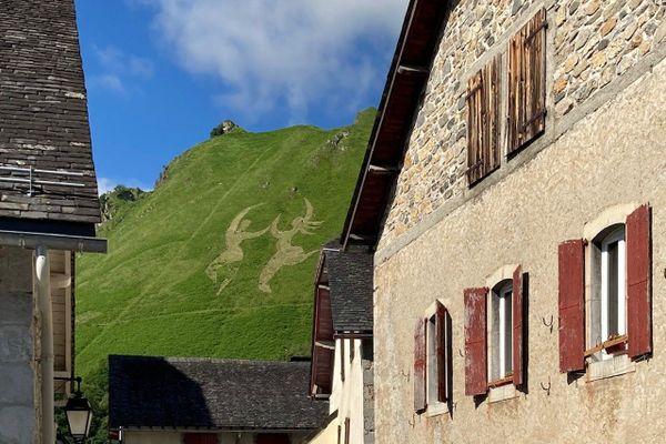 Les silhouettes de danseurs dominent le village d'Osse-en-Aspe