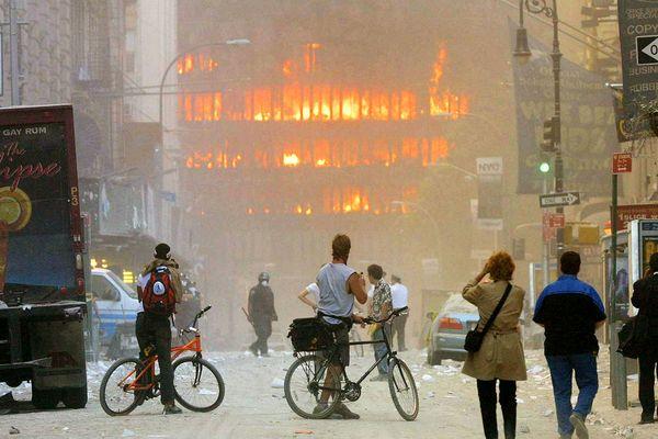 Les tours jumelles en feu après avoir été percuté par deux avions, lors d'une attaque terroriste.