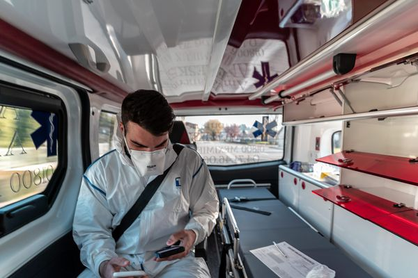 Un ambulancier portant un masque, image d'illustration.
