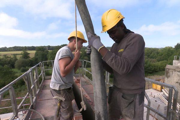 """Ismaëli suit une formation de 14 mois pour apprendre le métier de maçon. """"Je suis heureux de travailler sur les chantiers"""" dit-il"""