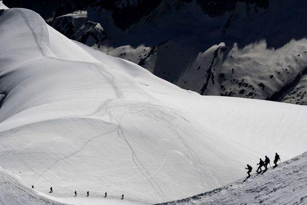 Une cordée d'alpinistes dans le massif du Mont-Blanc en dessus de la vallée Blanche.