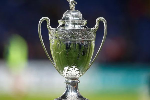 Le trophée de la Coupe de France sera ce soir soulevé par le Paris Saint-Germain ou l'AS Monaco. (CHARLY TRIBALLEAU / AFP)