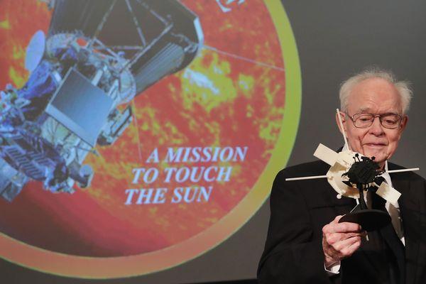 """Le Dr. Eugene Parker lors de l'annonce officielle du lancement de la mission """"Parker Solar Probe"""", en mai 2017."""