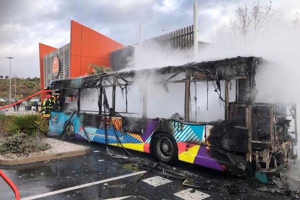 Ce matin, un bus de la ville de Perpignan a pris feu pour une raison encore inconnue.