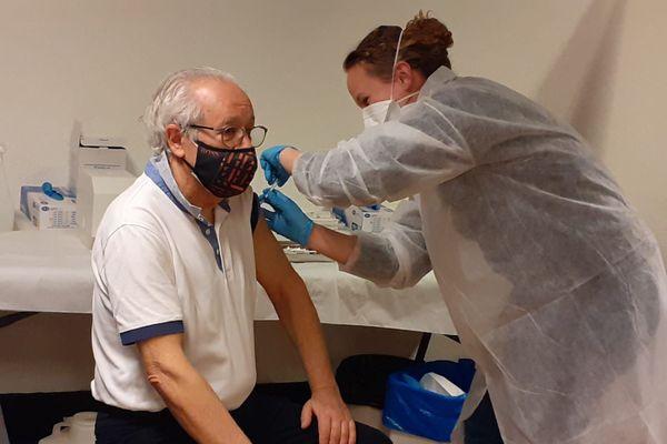 Lors des premiers jours de vaccination à Nice. La campagne de vaccination est pour l'heure ouverte aux personnes les plus exposées et les plus à risque.