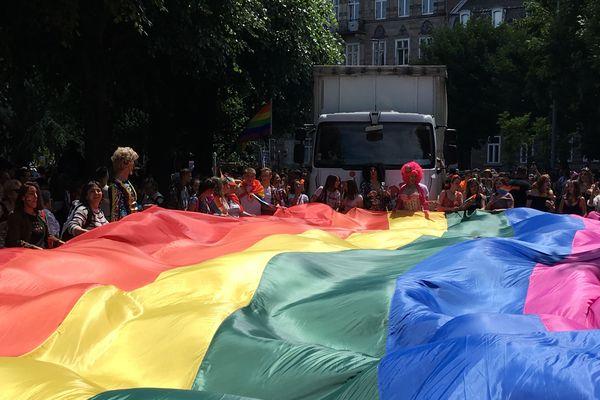 Un drapeau arc-en-ciel brûlé par trois individus lors d'une agression homophobe en marge de la marche des visibilités à Strasbourg
