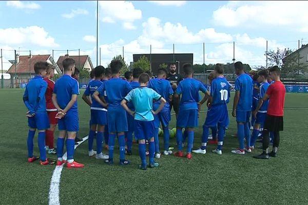 """Les jeunes en """"pré-formation"""" au FBBP01, des collégiens qui conjuguent foot et scolarité."""