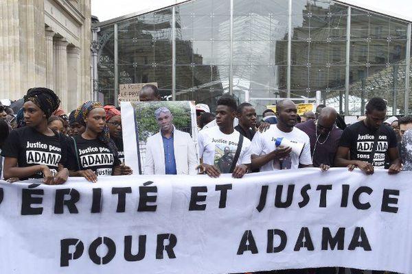 """La famille d'Adama Traoré (portrait au centre) appelle à marcher le 22 juillet pour réclamer """"vérité et justice"""" sur la mort du jeune homme survenue le 19 juillet dernier."""