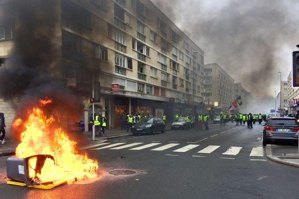 Un feu de poubelle allumé le 5 janvier à Caen dans la rue Saint-Jean, lors de la manifestation des Gilets jaunes.