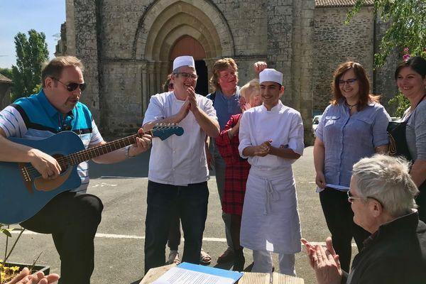 Le boulanger, l'auteur de la chanson et quelques habitants de Fenioux