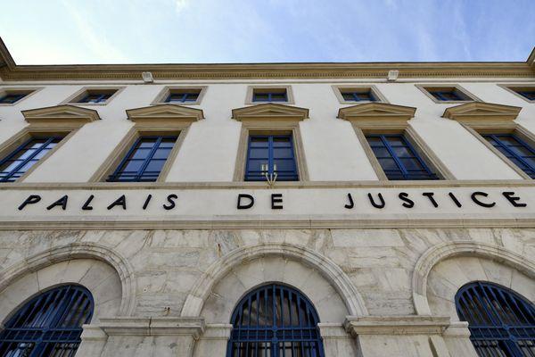 Palais de justice de Valence (Drôme) : en 1998, une fillette âgée de deux mois et demi, est morte dans un hôpital portugais où elle avait été admise dans le coma suite à un traumatisme crânien. Son père est jugé à partir du 8 février 2021 devant les assises de la Drôme, 23 ans après les faits.