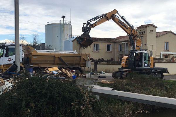 21/11/2018 - Les restes d'un barrages sont enlevés devant le dépôt pétrolier de Lucciana pour éviter tout risque d'incendie.