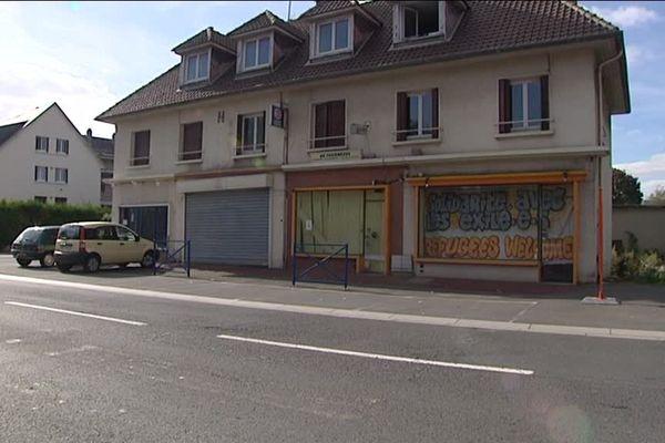 Une trentaine de réfugiés occupent depuis près d'une semaine ce bâtiment commercial désaffecté à Mondeville