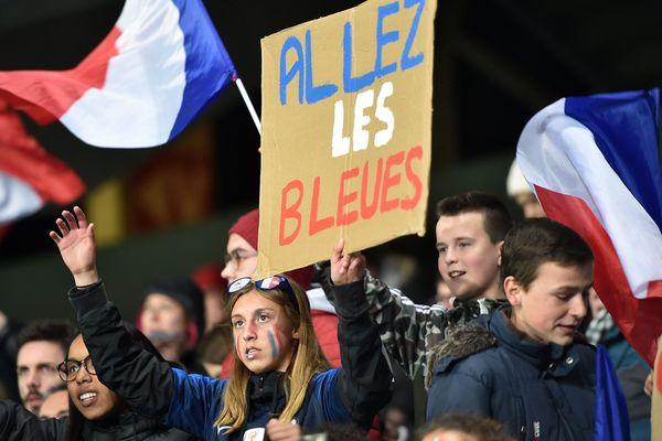 04 avril 2019 :  Stade de l'Abbé-Deschamps d'Auxerre. Match amical des Bleues à l'approche de la Coupe du monde 2019 de football féminin. Supportrices des Bleues.