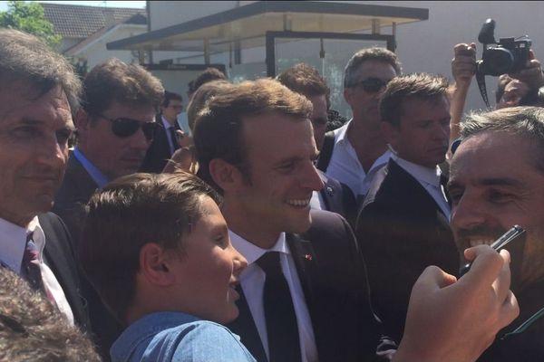 Emmanuel Macron pose pour un selfie à Sarliac-sur-l'Isle
