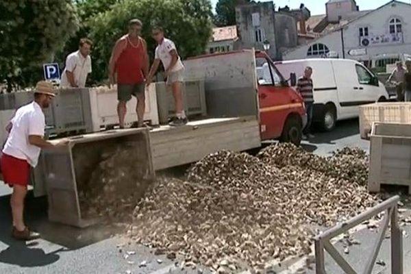 Les conchyliculteurs ont déversés des bacs d'huîtres devant la préfecture de Charente-Maritime à La Rochelle