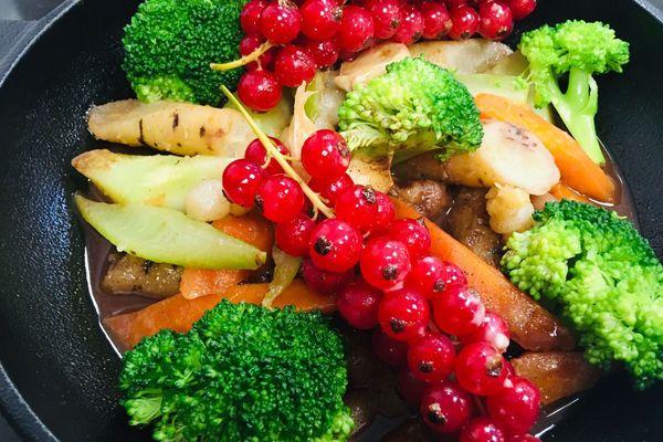 Brocolis, panais, carottes, groseilles et châtaignes par Davy Tissot