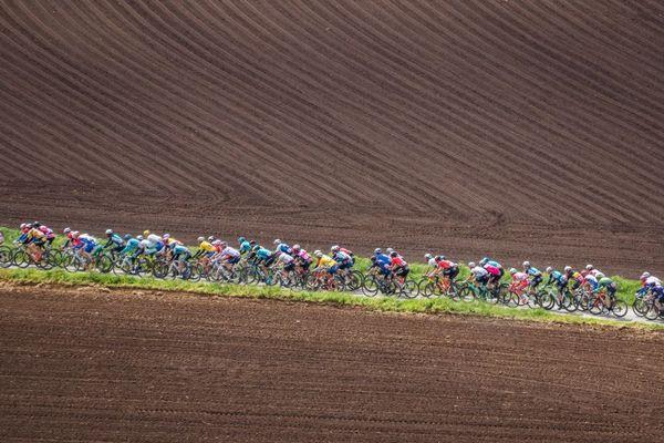 Le peloton du Tour de Bretagne dans la campagne bretonne