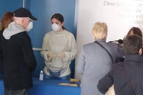 Certains assesseurs ont revêtu un masque de protection